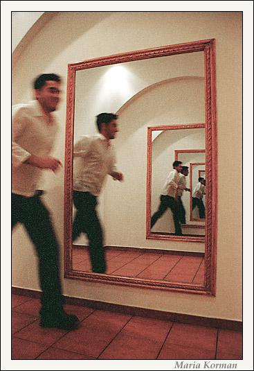 топчет мужика перед зеркалом стали жить нас