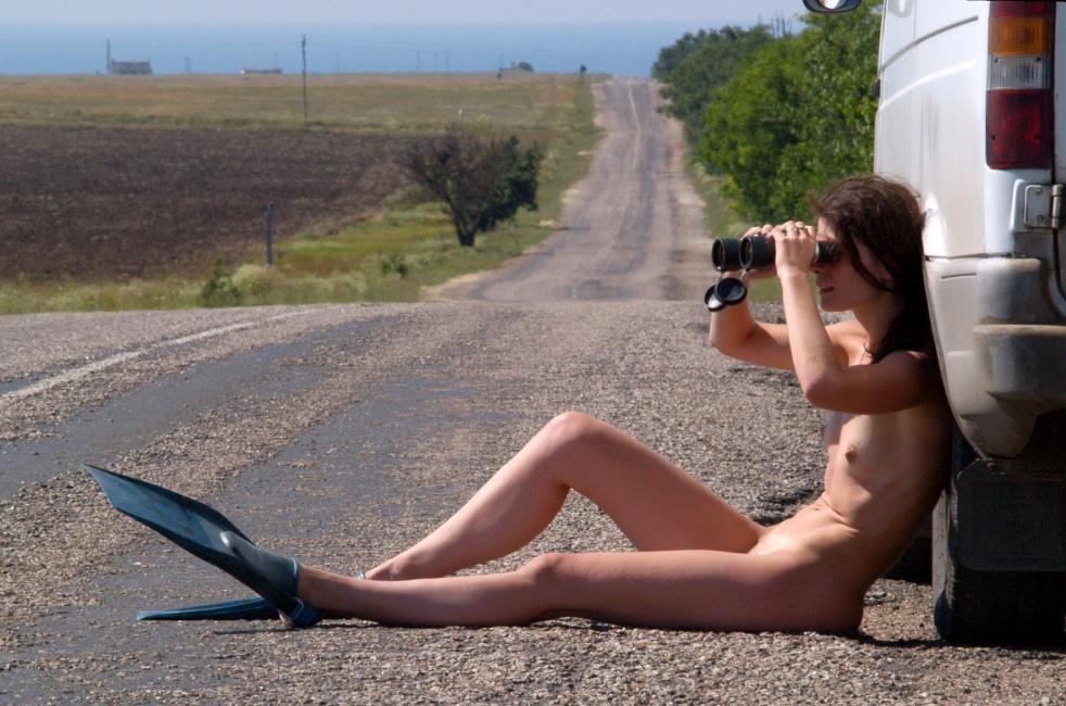 голая девушка с биноклем фото