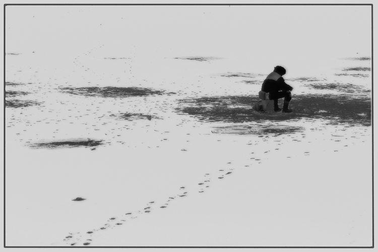 рыбак рыбака видит издалека потому стороной