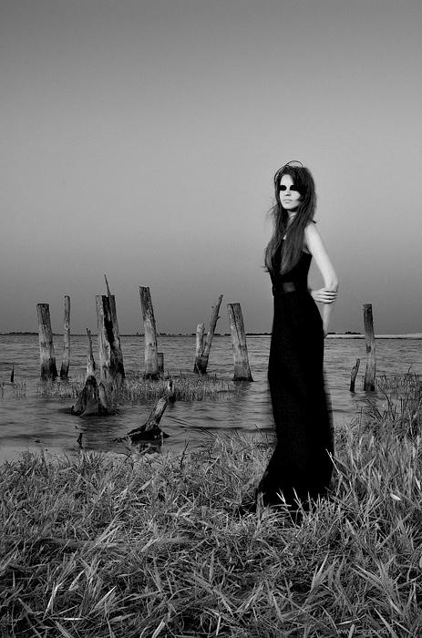 Длинное черное платье.