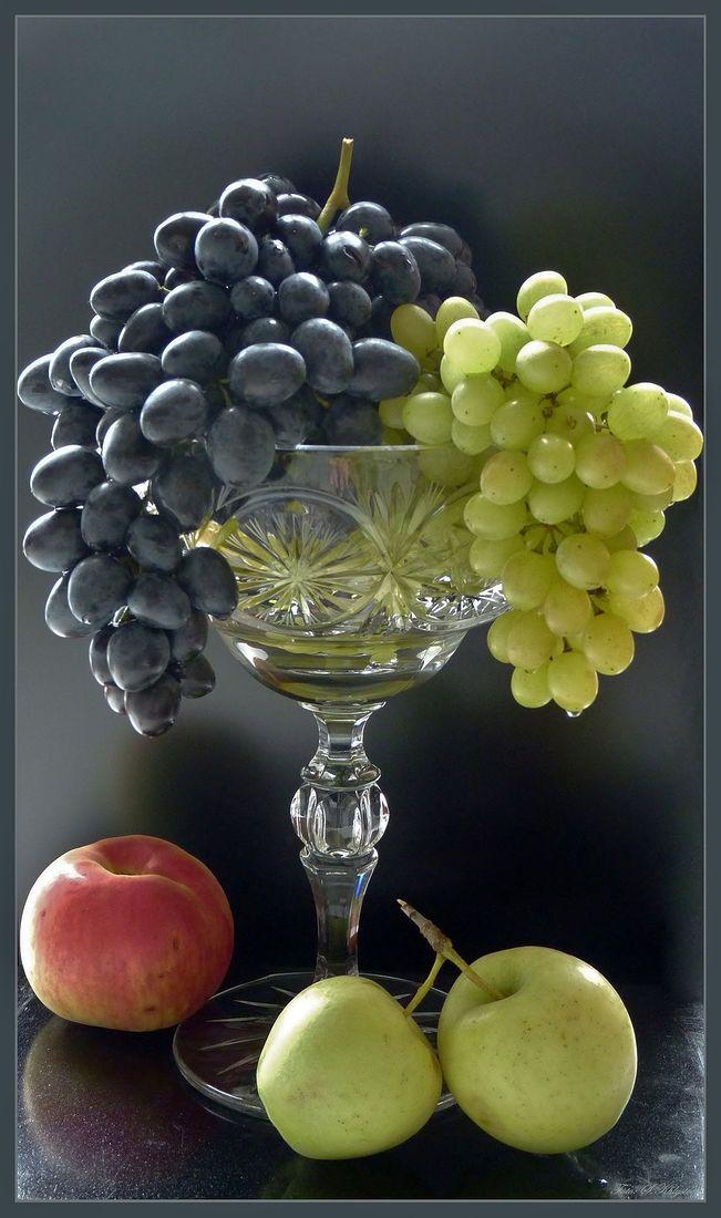 виноград на столе в вазе фото был наглым красочным
