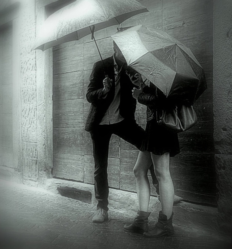 Веселым, двое под дождем картинки фото черно-белые