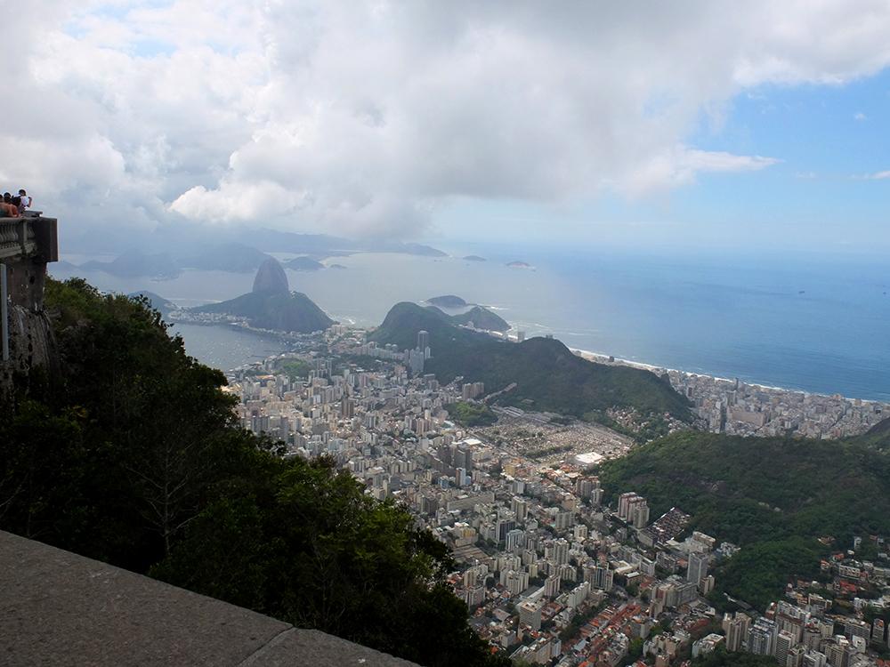 Вид с Сахарной горы на Корковадо, статую Христа-Искупителя и Рио