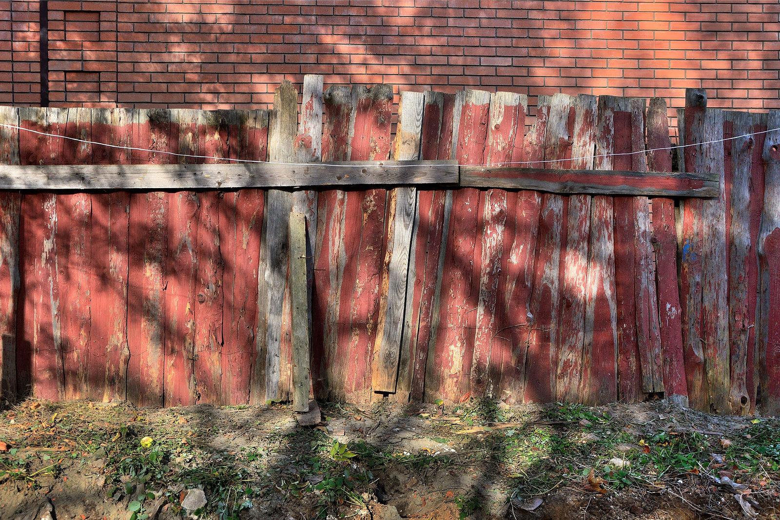 Картинки красный забор
