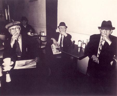Брюс Дэвидсон. Трое мужчин в садовом кафе, Нью-Йорк. 1976. Фототипия. 50,8 х 61. Источник http://www.rusmuseum.ru