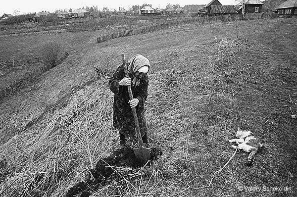 ©Валерий Щеколдин. «Ульяновская область. Похороны кота. 1997»