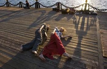 © Сергей Мишин. Перформанс у театра Стаса Намина на набережной Москвы-реки, 2006 год