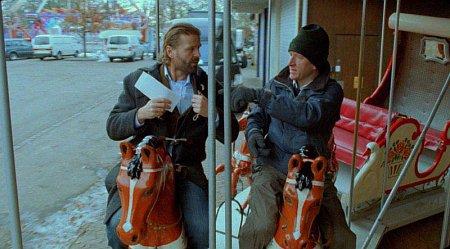 Йенс Альбинус в роли Кристофера и Питер Ганцлер в роли Равна в фильме Ларса фон Триера «Самый главный босс» (The Boss of It All)