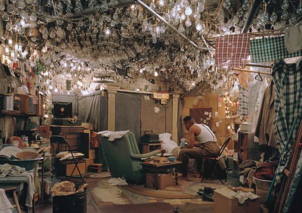 """©Джефф Уолл. «По произведению """"Человек-невидимка"""" Ральфа Эллисона, Пролог, 2001»"""