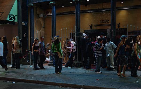 ©Джефф Уолл. «У входа в ночной клуб, 2006»
