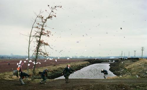 ©Джефф Уолл. «Внезаный порыв ветра (по произведению Хокусаи), 1993»