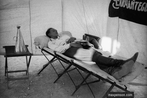 ©Макс Пенсон  (1893-1959). «Участник знаменитого автопробега «Москва-Каракумы-Москва»отдыхает в походной палатке. Июль 1933 года»