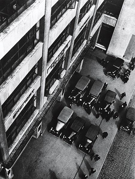 ©Аркадий Шайхет. «Первые советские автомашины на экспорт»