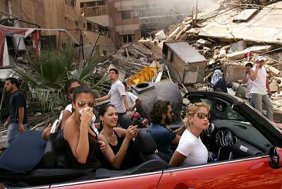World Press Photo of the Year 2006. © Спенсер Платт/Getty Images. Молодые ливанцы проезжают через разрушенный район южного Бейрута, 15 августа.