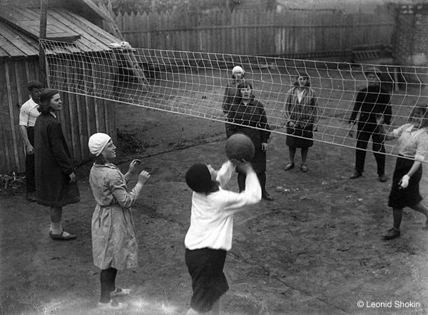 ©Леонид Шокин. «Волейбол. 1930-е гг. Современный  отпечаток  © Собрание  М.Голосовского»