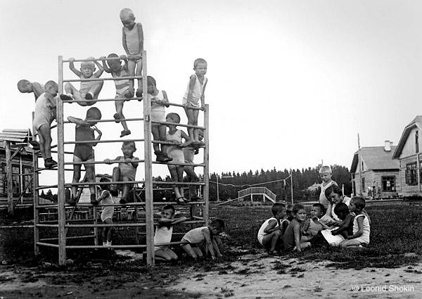 &copy;Леонид Шокин. «Колхозный детский сад. 1930-е гг. <br>  Современный  отпечаток  &copy; Собрание  М.Голосовского»