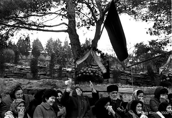©Олег Климов. «Женщины оплакивают погибших.<br> После ввода советских войск в Баку, 1990»