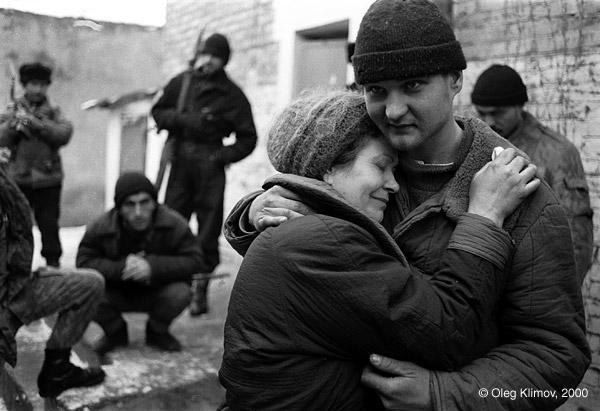 ©Олег Климов. «Встреча матери и сына в чеченском плену. Шали, 1996»