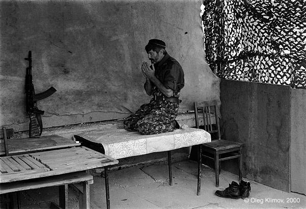 ©Олег Климов. «Чеченский повстанец во время намаза. Грозный, 1997»