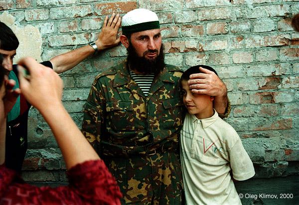 ©Олег Климов. «Чеченский солдат с сыном. Грозный, 1995»