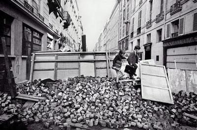 ©Гёксин Сипахиоглу Двое школьников перебираются через баррикады. Париж. 11 июня 1968