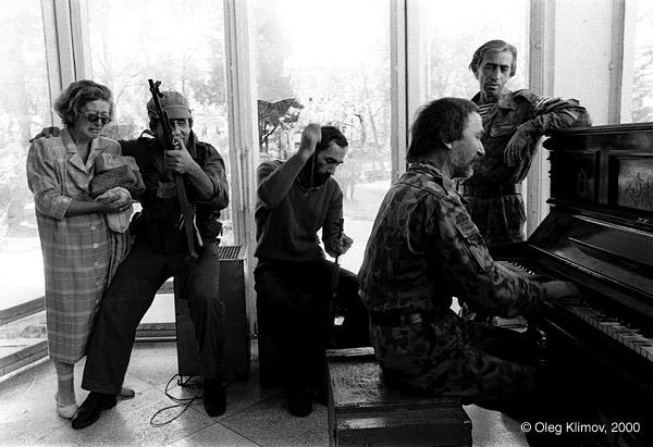 ©Олег Климов. «Победная музыка. После штурма Сухуми. Абхазия, 1993»