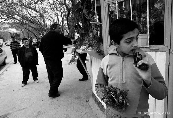 ©Олег Климов. «Мальчик, продающий цветы. Баку, 1998»