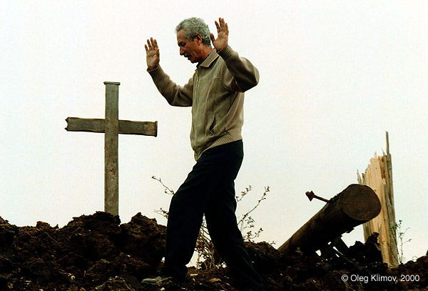 ©Олег Климов. «Кладбище, разрушенное бомбардировками НАТО.<br> Приштина, Косово, 1999»