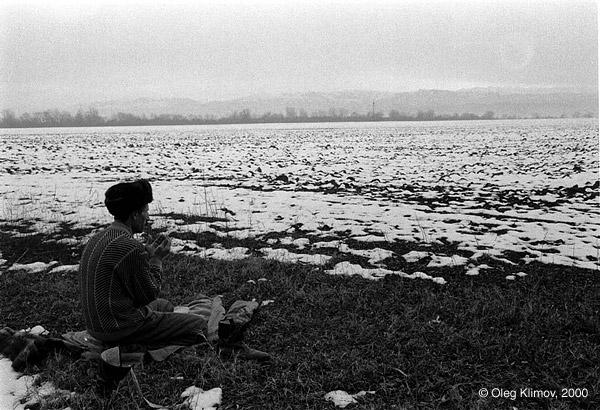 ©Олег Климов. «Намаз в поле. Чечня, 1995»