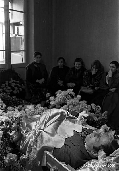 ©Олег Климов. «Грузинская семья оплакивает родственника,<br> убитого во время вооруженного конфликта. Тбилиси, 1989»