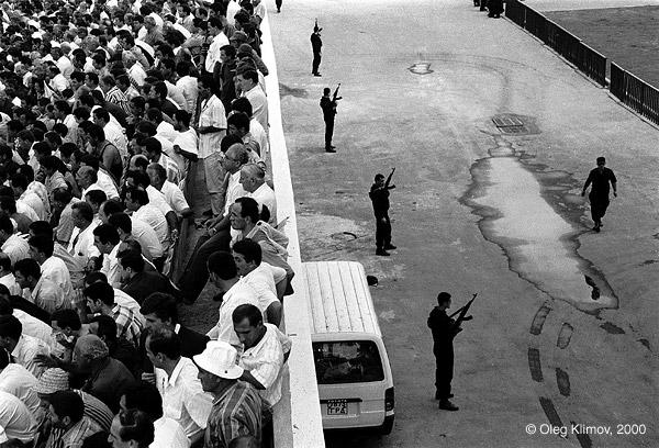 ©Олег Климов. «Футбольный матч под охраной солдат <br> во время абхазско-грузинской войны. Батуми, 1993»