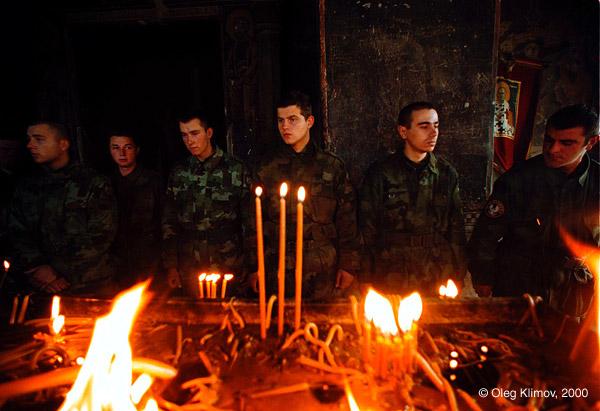 ©Олег Климов. «Молящиеся солдаты в Гришанитсе. Косово, 1999»