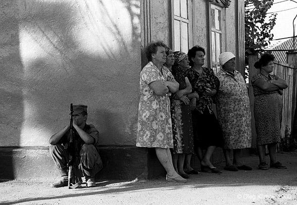 ©Олег Климов. «В ожидании освобождения заложников. Буденновск, 1995»