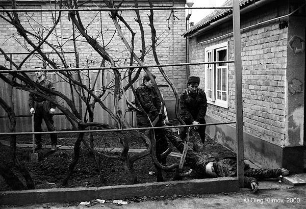 ©Олег Климов. «Российские солдаты хоронят чеченца<br> во дворе его дома. Грозный, 1995»