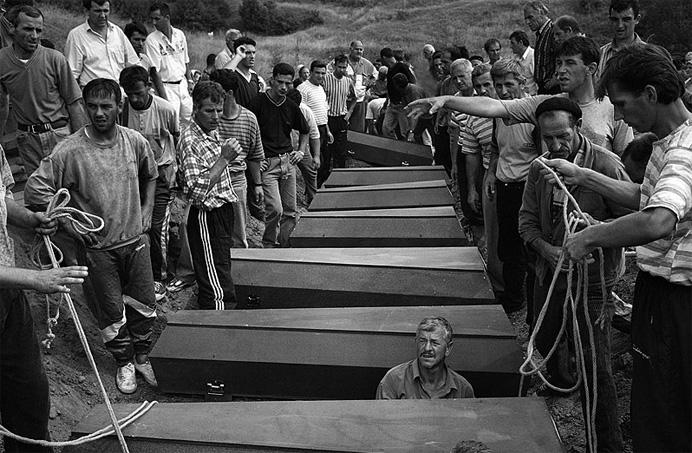 © Олег Климов. Похороны косовар (албанцы), окрестности Приштины, Косово, 1999