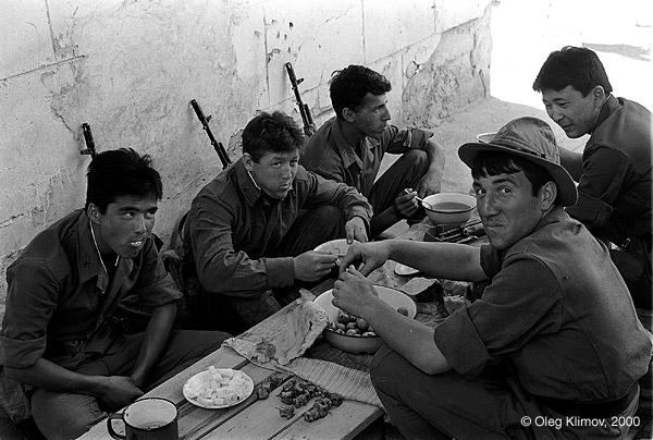 ©Олег Климов. «Ужин узбекских солдат. Ферганская долина, 1991»