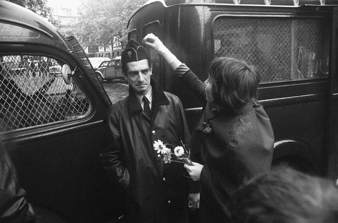 Гёксин Сипахиоглу Студентка-пацифистка кладет цветок в пилотку полицейского, защищающего Сорбонну во время студенческих мятежей. 16 июня 1968