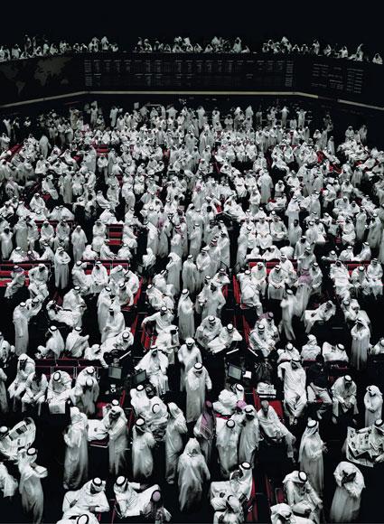 Фондовая биржа в Кувейте. 2007. C-Print 295,1 x 222 x 6,2 см   Copyright: Andreas Gursky / VG Bild-Kunst 2008  Courtesy: Monika Sprth / Philomene Magers, Cologne Munich London