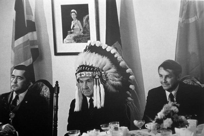 Василий Егоров. А.Н. Косыгин в головном уборе вождя индейского племени. 1971