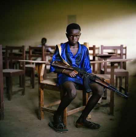 """Либерия. Tim A Hetherington 2003 Созерцательные снимки как продолжение тенденции возврата к камерам большого формата.  Молодой повстанец из """"Объединенных либерийцев за примирение и демократию"""" сидит в заброшенном классе."""
