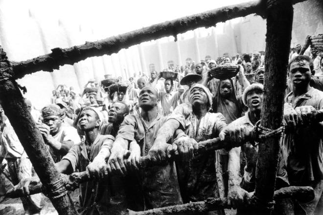Мали. Christien Jaspars. 1999  Фотоистория отмечает поворотный момент для агентства, когда оно созрело для работы с историями, а не с отдельными изображениями. Второй важный компонент – улучшение имиджа Африки.  Каждую весну рабочие покрывают мечеть новым слоем глины, чтобы заместить то, что вымыли проливные дожди.