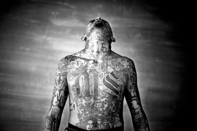 Эль-Сальвадор, Челатенанго. Челатенанго. Moises Saman. 2007 Несовершенства внутри социума входят в круг вопросов, освещаемых агентством.  Татуировки банды на теле заключенного тюрьмы Челатенанго.