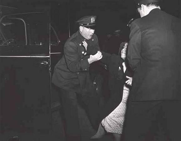Копы и женщина, 1940-е © The Famous Weegee