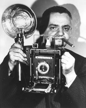 Виджи со своим Speed Graphic и с сигарой, 1944<br /> Неизвестный фотограф