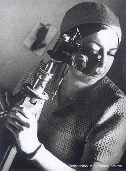 &copy;Александр Родченко. «Регина Лемберг <br>с фотоаппаратом. б.д. (1920-е гг)»