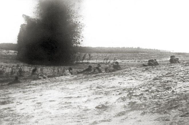 Наступление красноармейской части под огнем артиллерии. 1919 (ГАСО)
