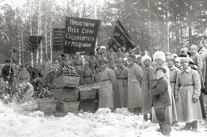 Похороны погибших в борьбе с антибольшевистскими восстаниями. <br />Екатеринбург. 1921 (ГАСО)