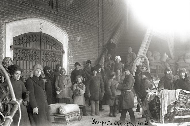 Крестьяне Екатеринбургского уезда сдают хлеб по продразверстке. <br />Декабрь 1920 (ГАСО)