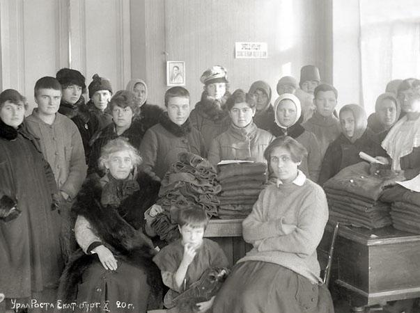 Женщины шьют гимнастерки для красной армии. <br />Екатеринбург. 1920 (ГАСО)