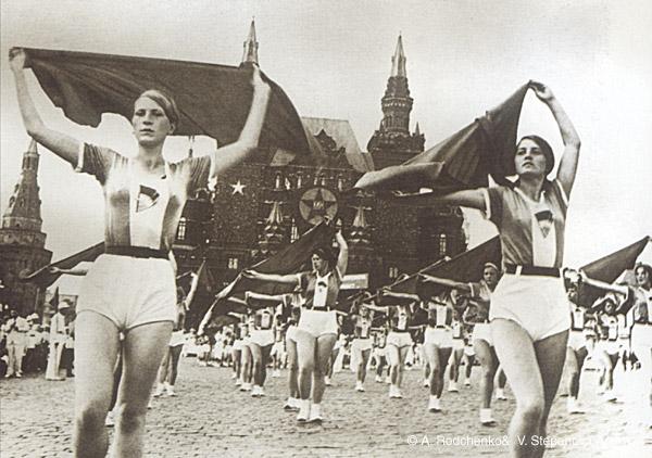 ©Александр Родченко. «Девушки с платками. 1936»